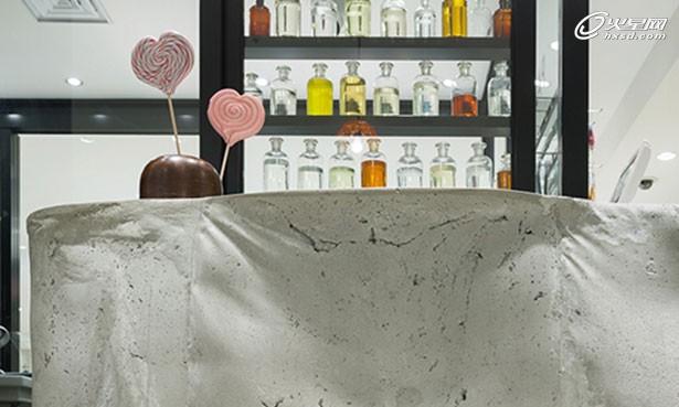 由日本Schemata建筑事务所设计,世界著名的西班牙手工糖果品牌Papabubble在日本第一家零售商店。位于东京车站旁的大丸百货B1层,设计师希望借助优越的地理位置展示出Papabubble领先于同类品牌的精湛技艺和设计技术。